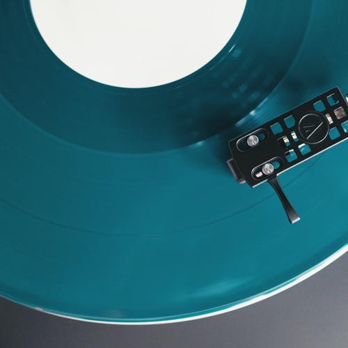 レコードを逆回転させた音を使いました